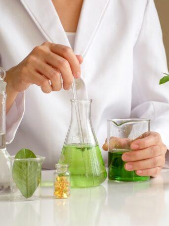 Traditionelle Heilkunde in Verbindung mit modernen medizinisch-wissenschaftlichen Erkenntnissen.